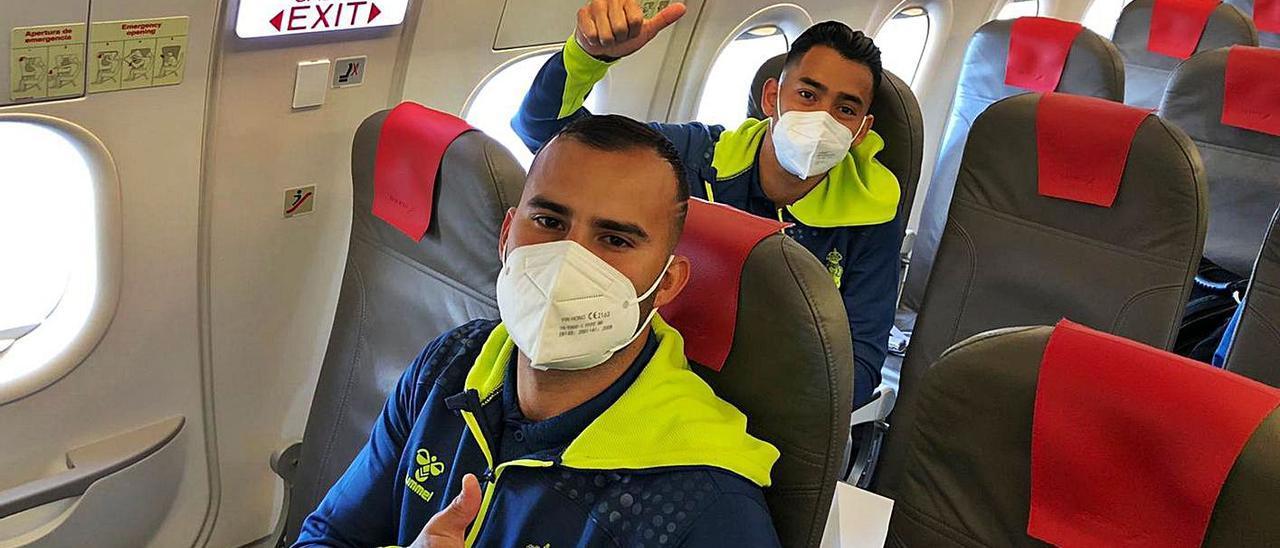 Jesé Rodríguez Ruiz y Sergio Ezequiel Araujo, el pasado 27 de febrero, en el vuelo chárter al aeropuerto de Castellón.  | | LP/DLP