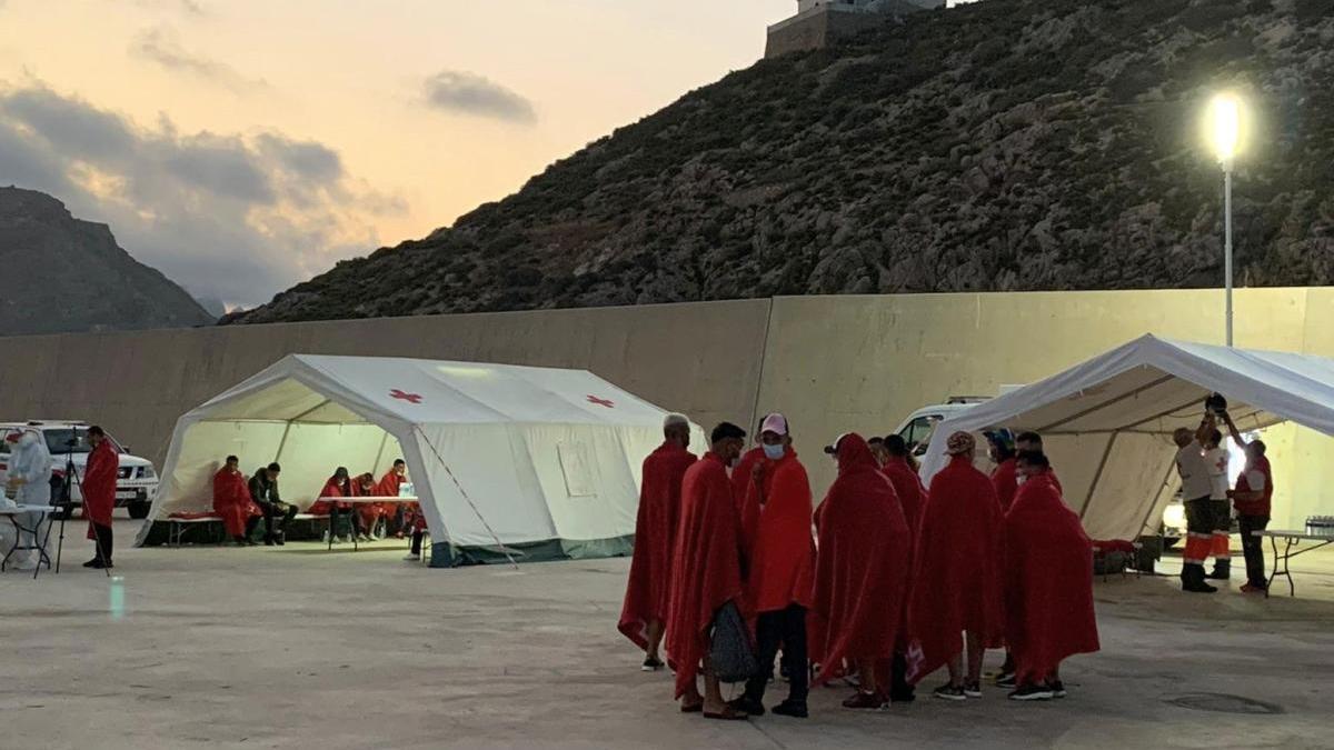 Cruz Roja atiende a los migrantes llegados al puerto de Cartagena.