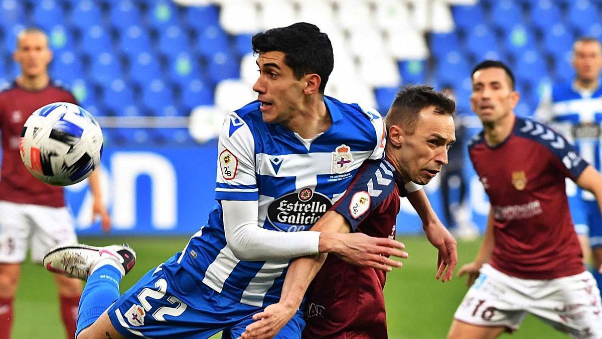 Diego Villares disputa un balón en un lance del duelo ante el Pontevedra. |  // ECHAVE