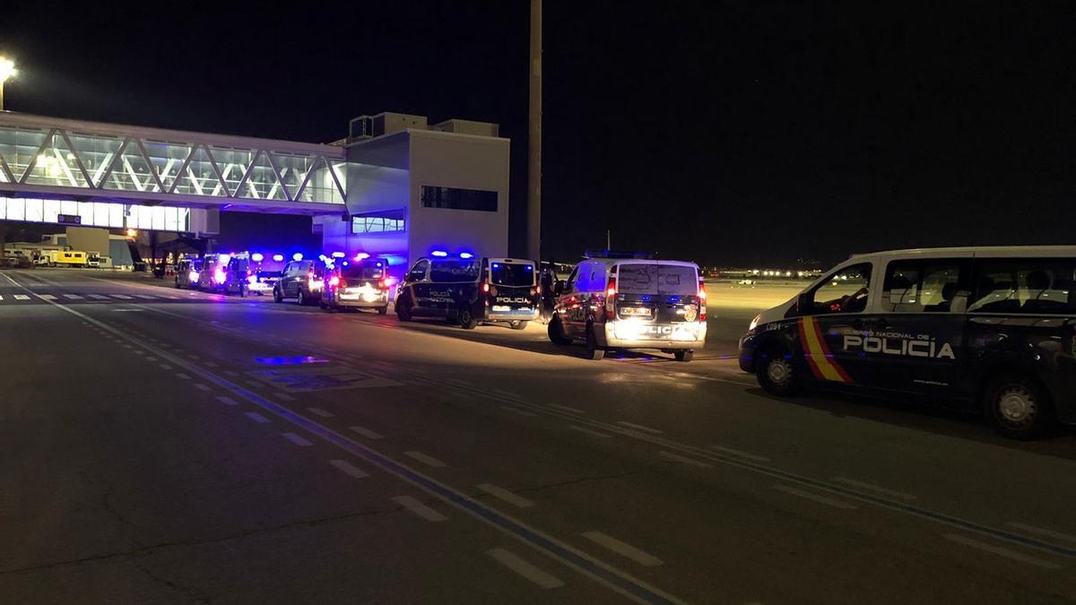 Un fuerte contingente policial custodió a los migrantes trasladados anoche a Barcelona.
