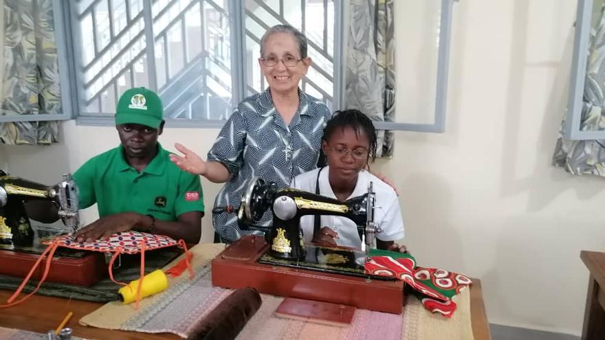 Las máquinas que Peñamellera Baja donó a Sor Ángela ya cosen en el Congo