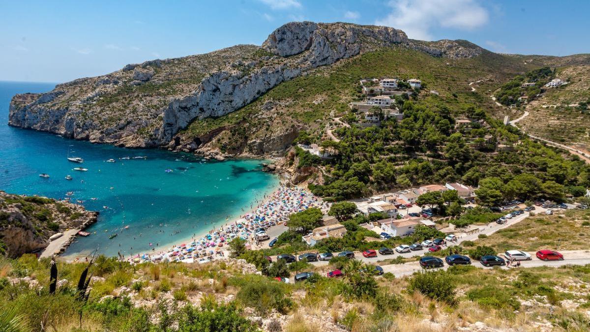 Xàbia es una localidad popular entre los turistas por sus 20 kilómetros de litoral, con excelentes playas y calas.
