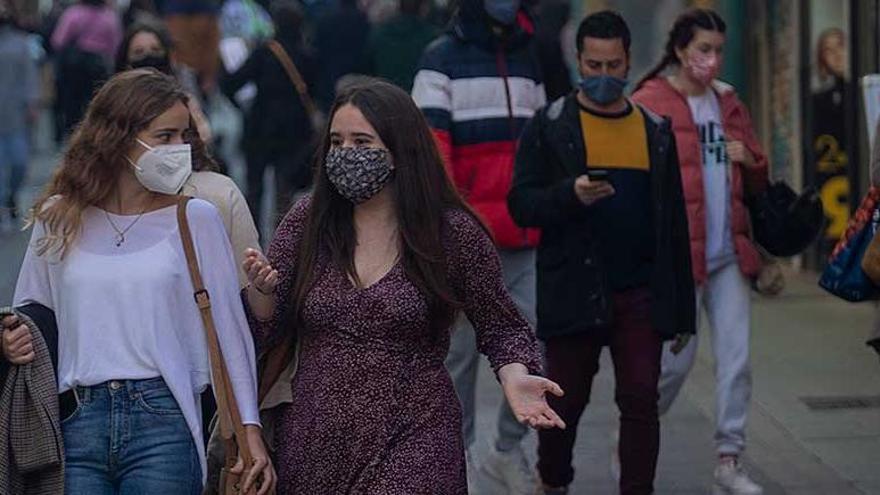 Gente paseando por las calles de Palma.