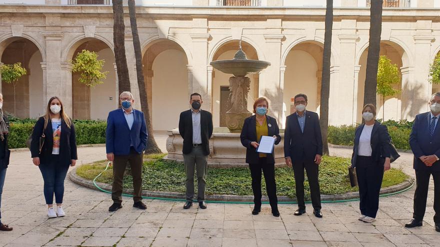 La Delegada de Gobierno recibe el SOS de las empresas relacionadas con las Fallas