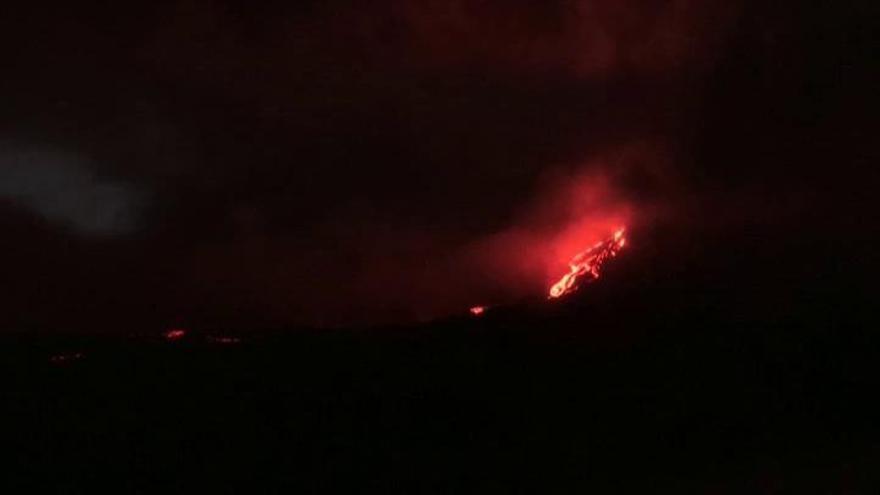 Un volcán entra en erupción en la Isla Reunión
