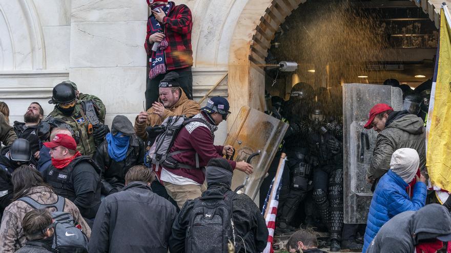 Absolt el policia que va matar d'un tret una assaltant del Capitoli