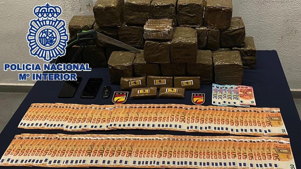 La droga y el dinero intervenido por la Policía Nacional al detenido.