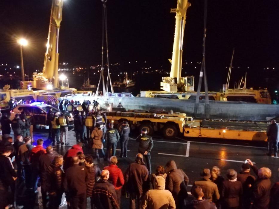 El submarino, tras ser izado al puerto de Aldán
