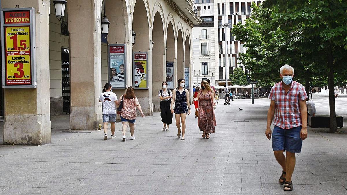 33 Varios zaragozanos, ayer, paseando (todos con mascarilla), por la calle Alfonso. | ANDREEA VORNICU