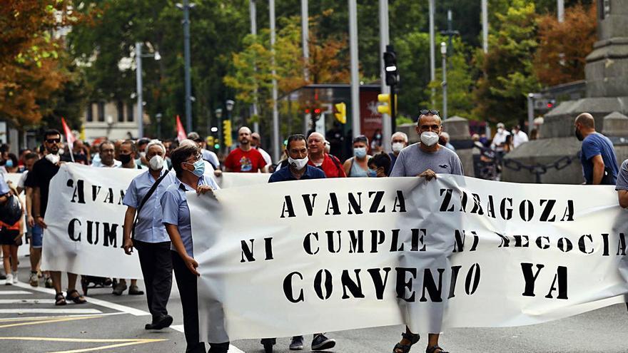 Los trabajadores del tranvía se manifiestan junto a los del bus un día antes de la huelga