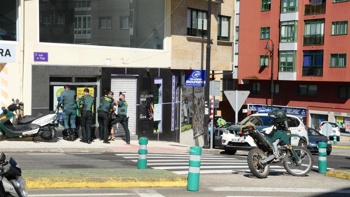 Agentes de la Guardia Civil en un operativo anterior en Cangas.