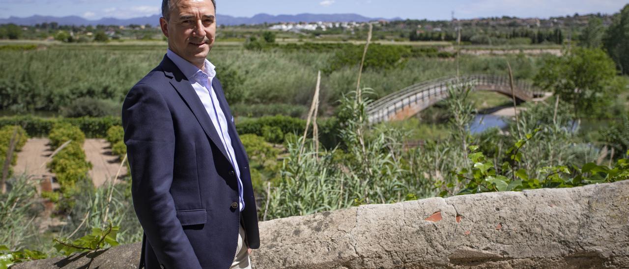 Robert Raga junto al parque fluvial del Túria.