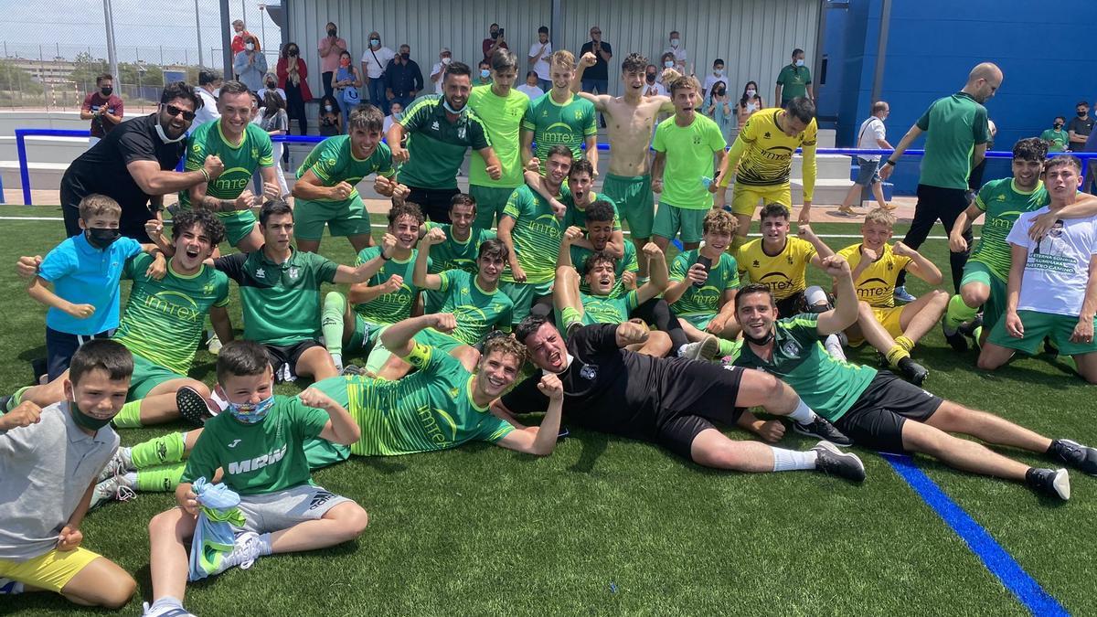 Felicidad de los jugadores de La Cruz Villanovense y sus acompañantes tras lograr la permanencia.