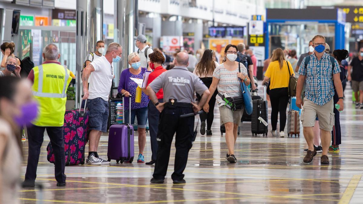 Imagen de archivo de la terminal un aeropuerto tinerfeño.