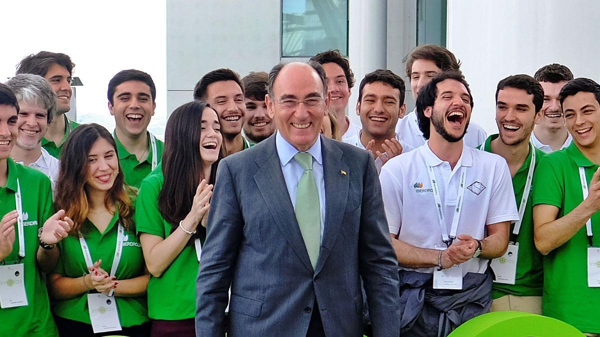 Ignacio Galán, con jóvenes becados por Iberdrola, en una imagen de archivo.