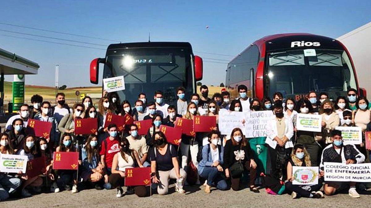 Doscientos enfermeros y médicos residentes de la Región viajaron a Madrid para la protesta.  l.o