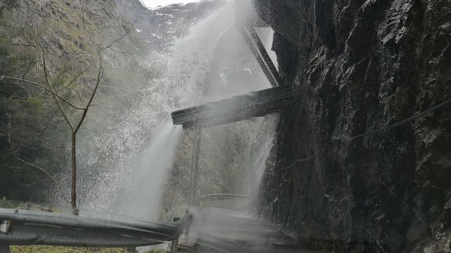 Espectaculares imágenes de la cascada de Viboli, en Ponga, por el deshielo y las intensas lluvias