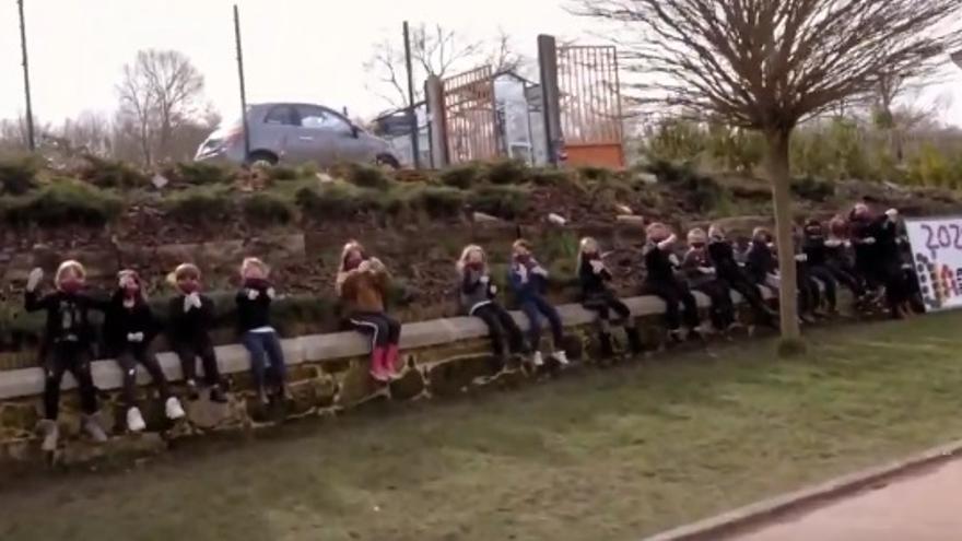 Escolares de un centro rural de Ourense 'cantan' por Pau Donés en lengua de signos