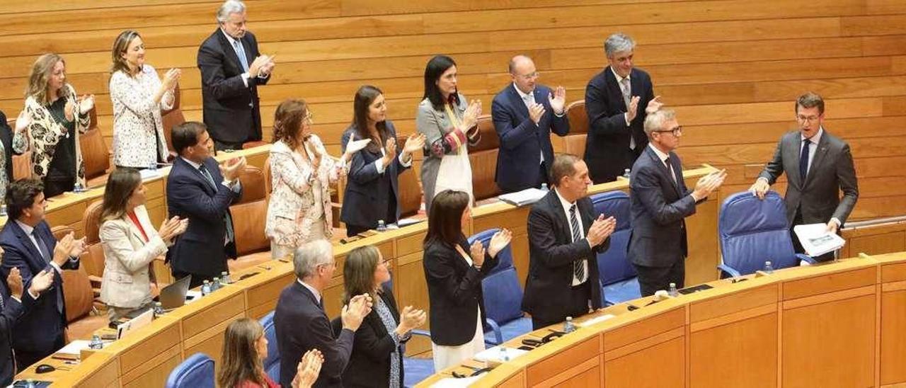 Los diputados del PP aplauden la intervención de Feijóo al terminar su discurso. // Xoán Álvarez
