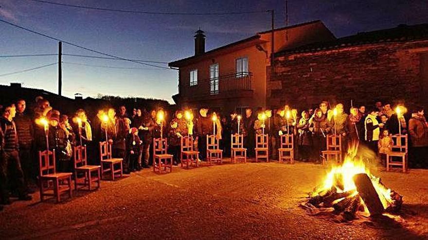 Los 32 vecinos de Ufones apagan la luz en Navidad