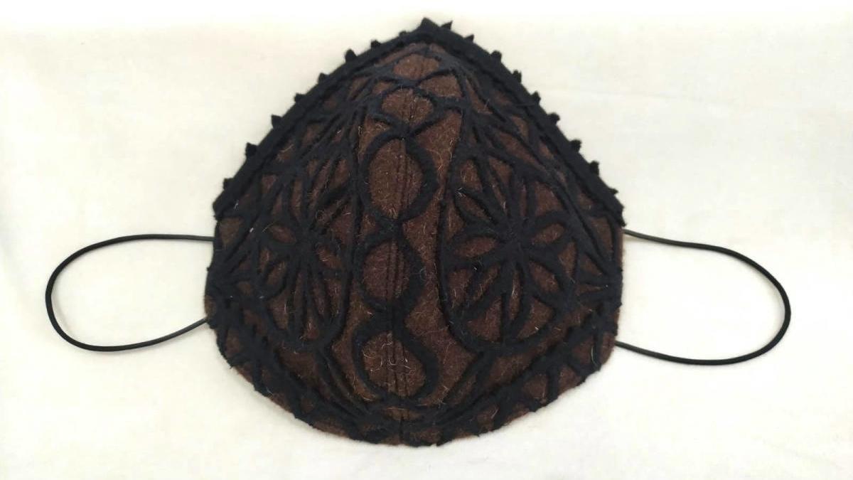 Mascarilla con el diseño de la típica capa parda alistana.