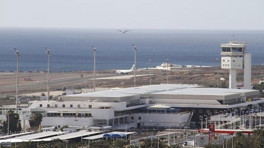 Detenidos en el aeropuerto de Lanzarote cinco marroquíes por un delito de falsedad documental