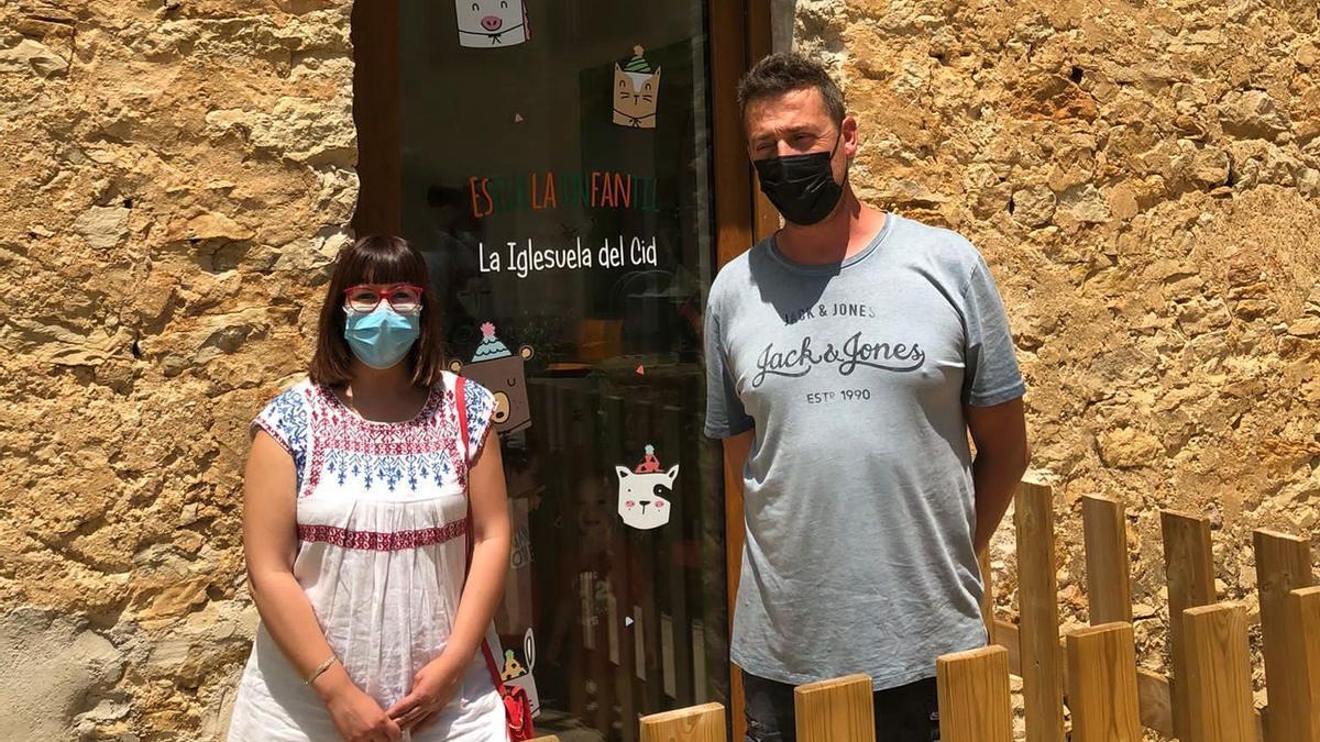 Susana Traver junto a Fernando Sanfont, alcalde de La Iglesuela del Cid, en la escuela infantil de esta localidad.