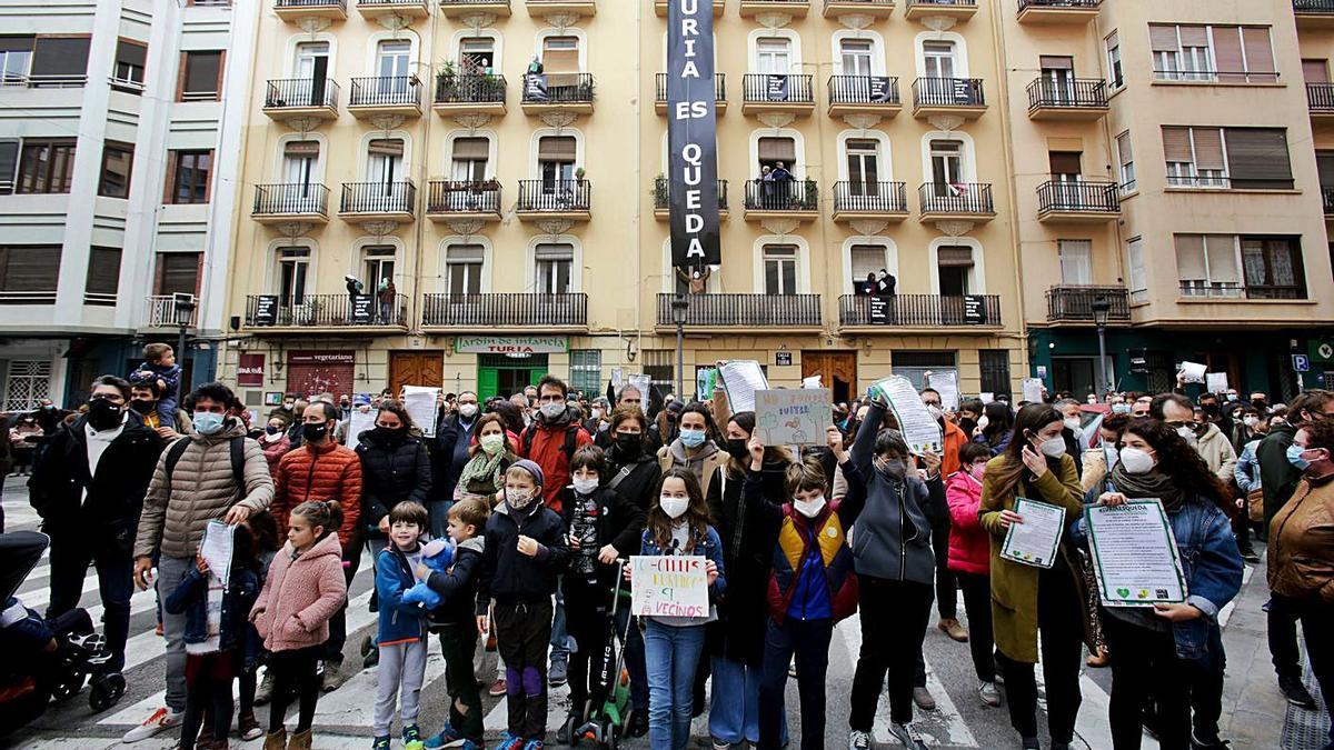 Protesta en la calle Turia de València por el desahucio de varias familias.    E. RIPOLL