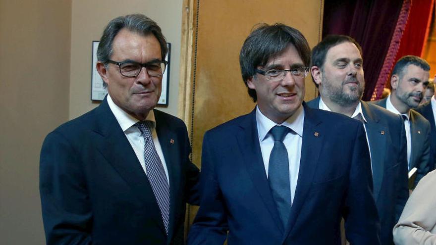 Puigdemont es dirigeix a l'hemicicle per al debat de la qüestió de confiança acompanyat de Mas