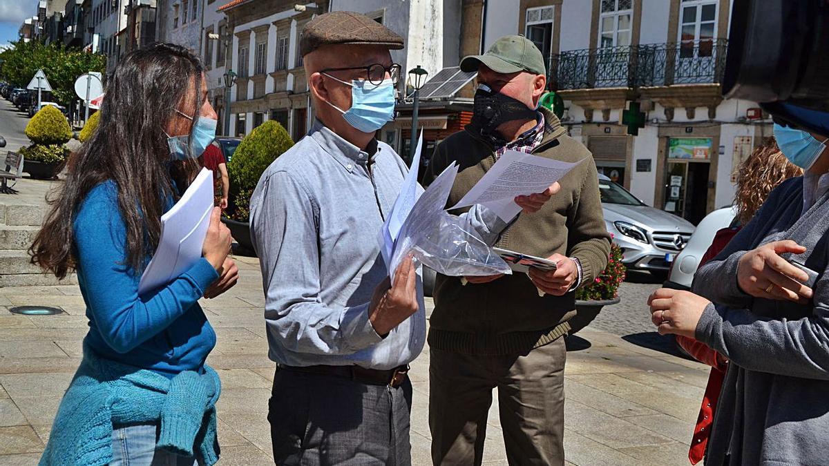 Entrega de firmas contra el proyecto de la mina de Calabor, ayer en Braganza.   Araceli Saavedra