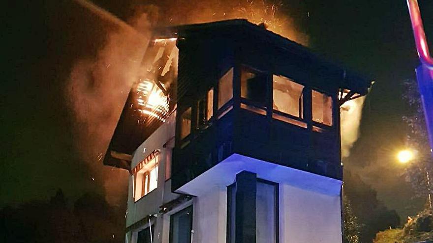 Colapsa el tejado de la vivienda incendiada en Cabovilla (Carreño)