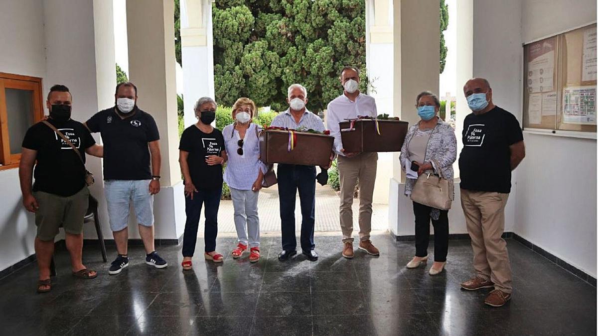 Los familiares de los represaliados recibieron los restos en una ceremonia íntima.   LEVANTE-EMV