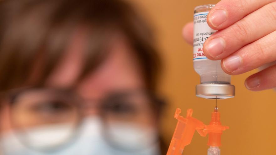"""La EMA recomienda seguir vacunando con Janssen pese a encontrar un posible vínculo entre la vacuna y ciertos """"trombos inusuales"""""""