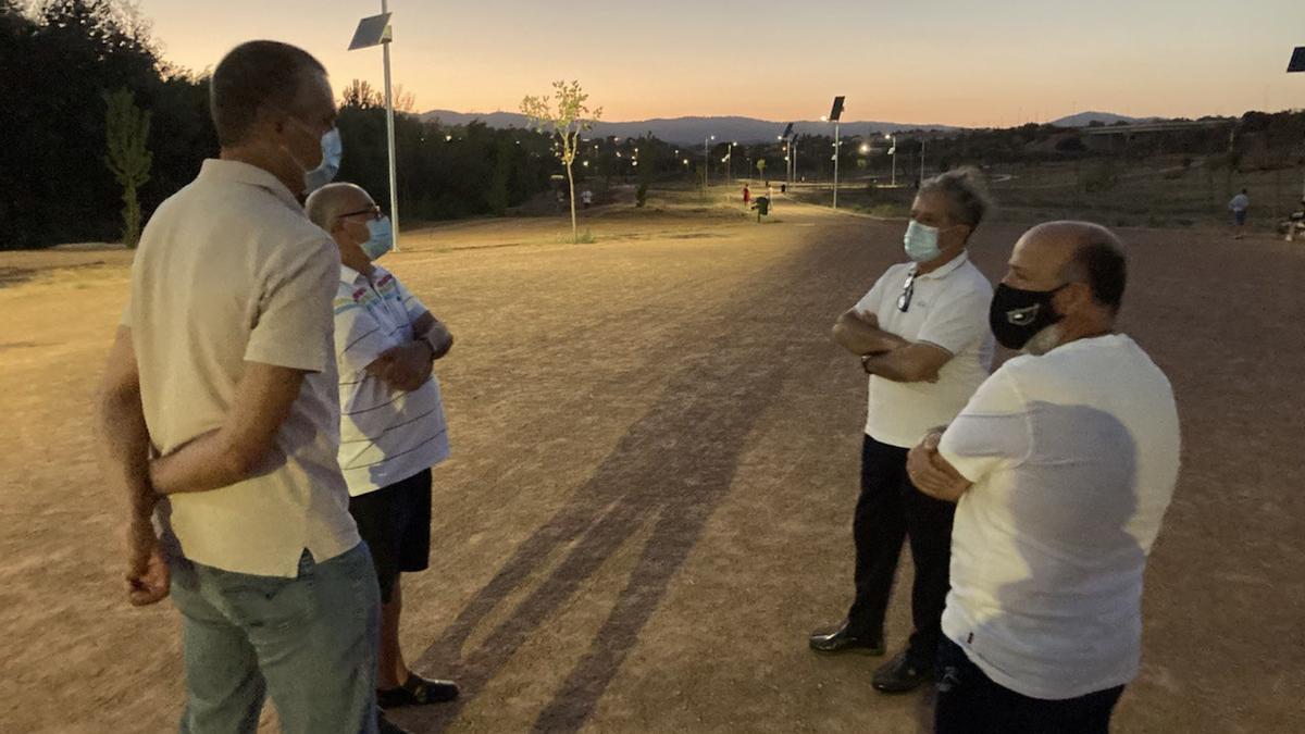 Fuentes, junto con los vecinos, en el Parque de Levante, donde ya están funcionando las nuevas farolas solares.