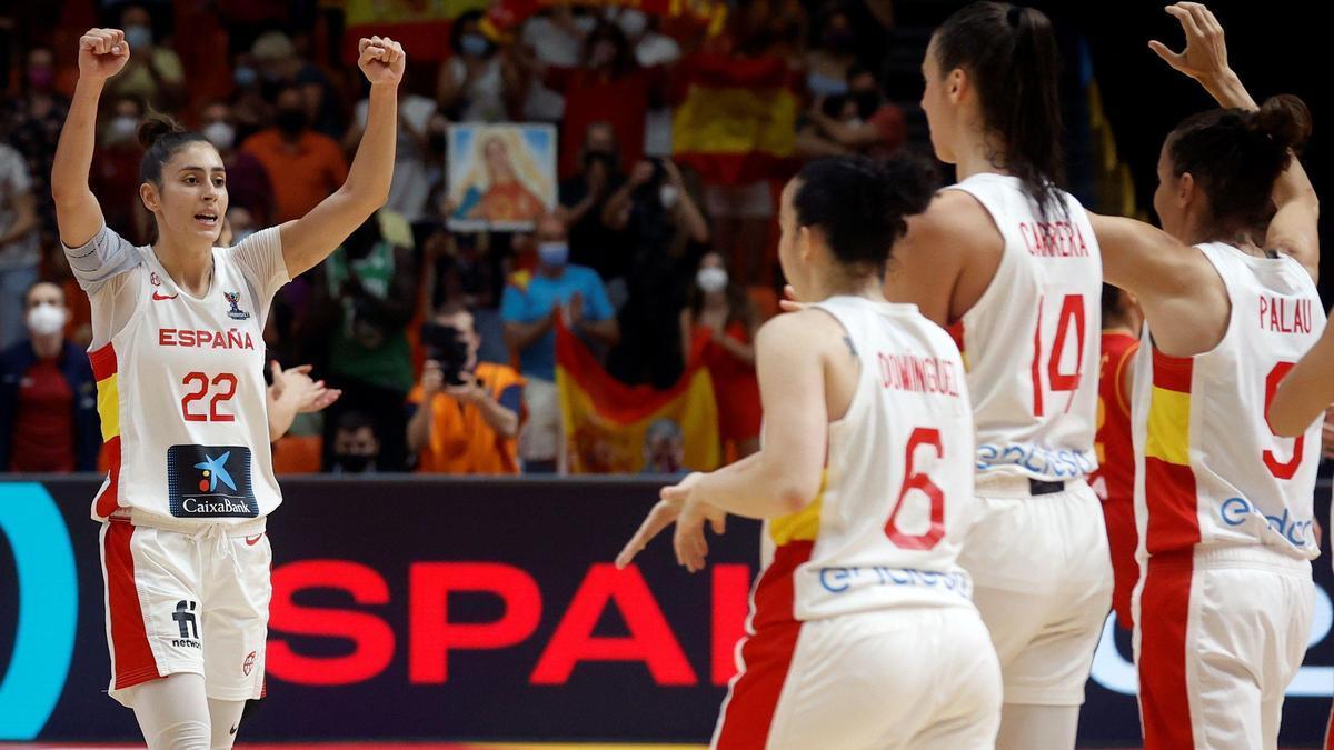 La selección española celebra el triunfo ante Montenegro