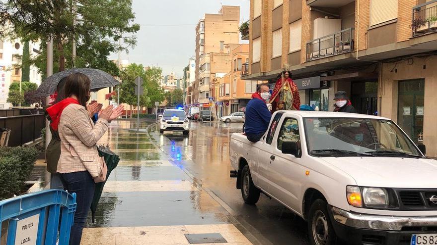 La patrona de Almassora desafía a la lluvia y completa su traslado motorizada