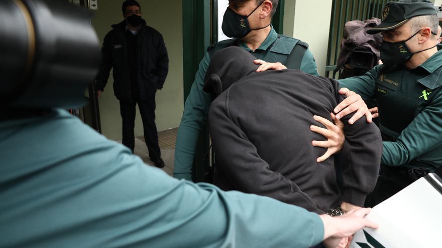 Entre gritos, insultos y mucha tensión: así entró en los juzgados de Laviana el presunto asesino de Teresa Aladro