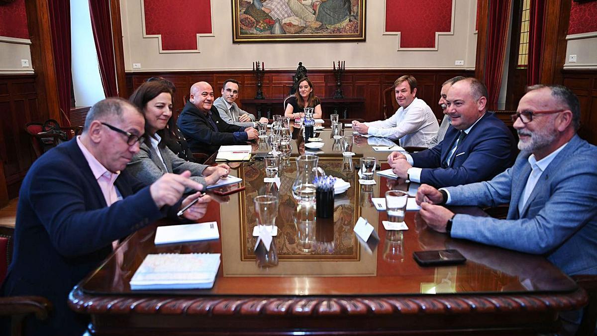 Reunión de la alcaldesa, Inés Rey, con alcaldes del Consorcio As Mariñas en 2019. |  // CARLOS PARDELLAS