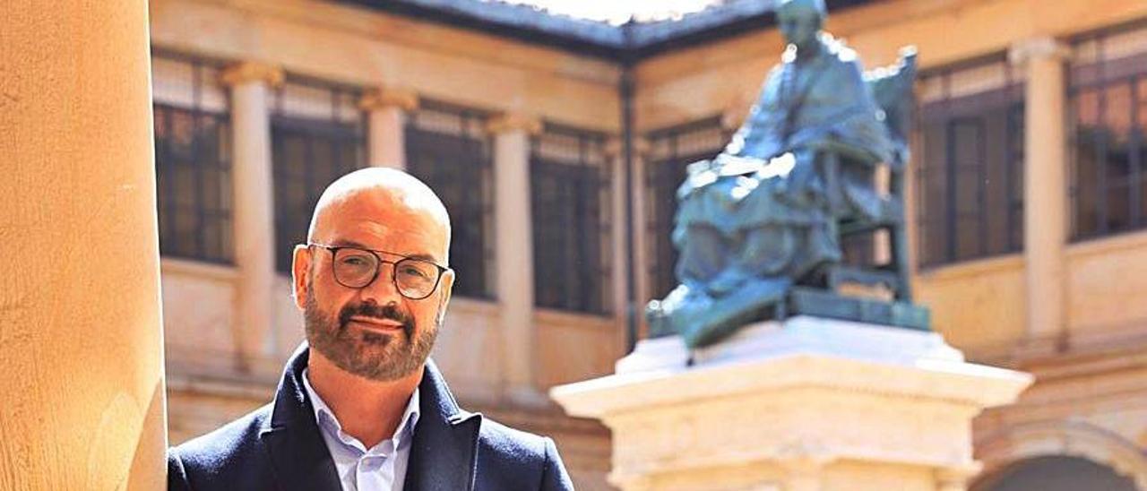 Humberto R. Solla, en el edificio histórico de la Universidad. | Miki López
