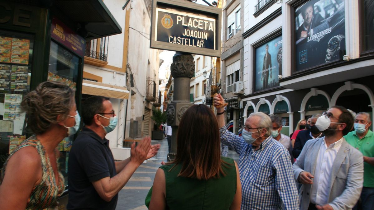 Joaquín Castellar descubre la placa de la placeta a la que da nombre, esta tarde.
