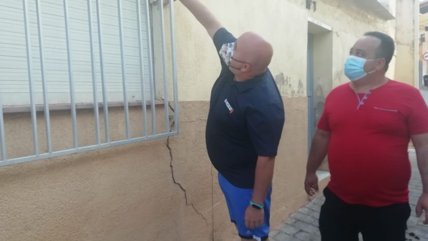 Vecinos de Santa María de Lorca, preocupados por la aparición de grietas en sus casas