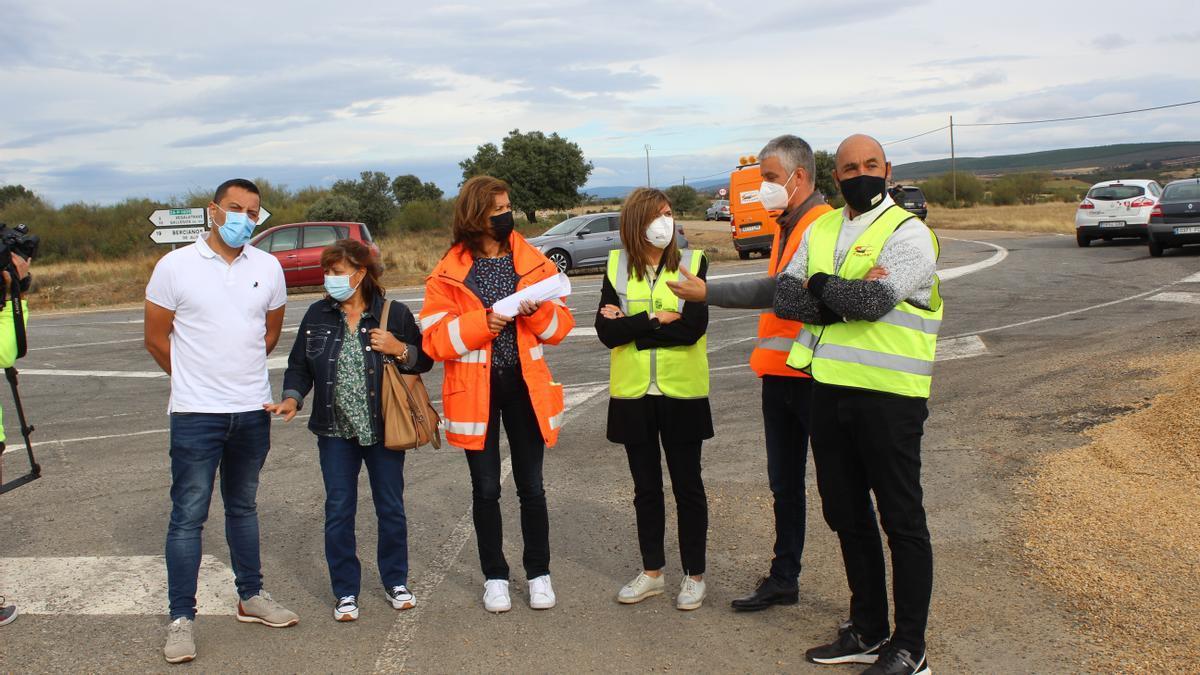 Clara San Damián junto a alcaldes y técnicos visita las obras de la carretera de Tábara a Fonfría