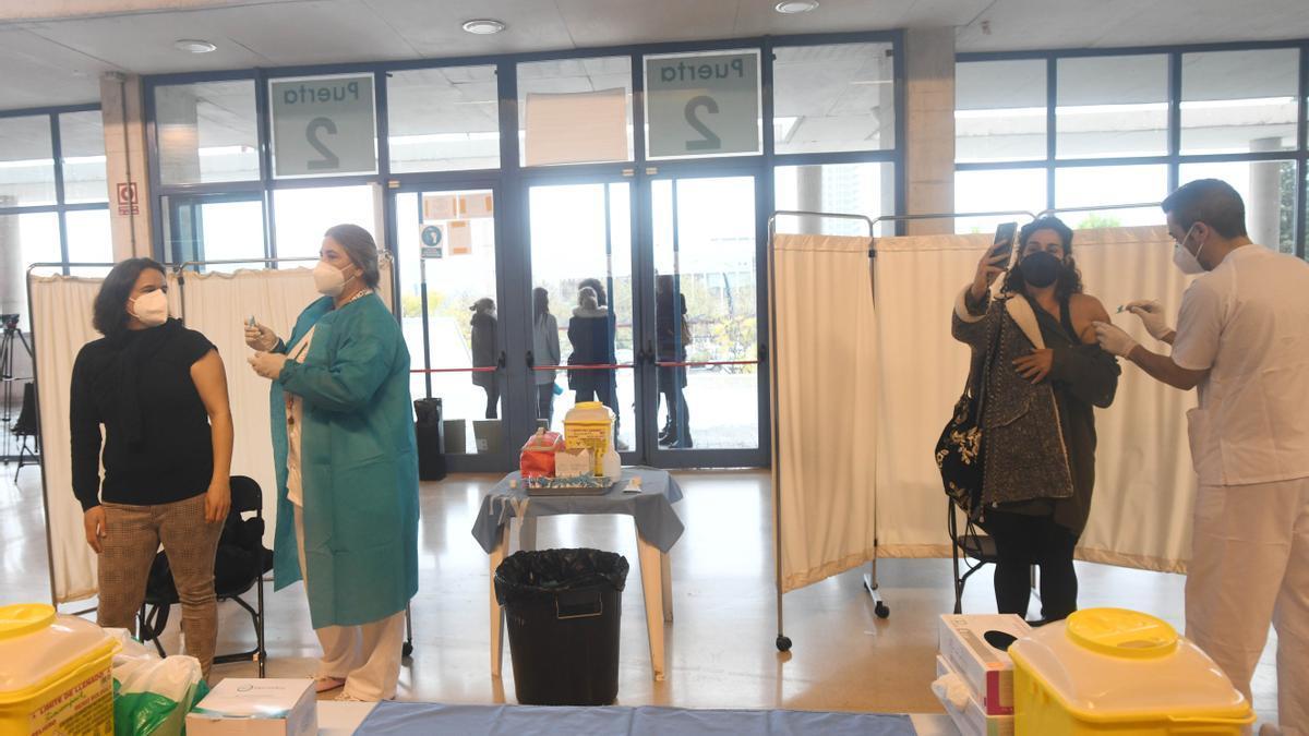 Vacunación de profesores en el Pabellón de los Deportes de Murcia.