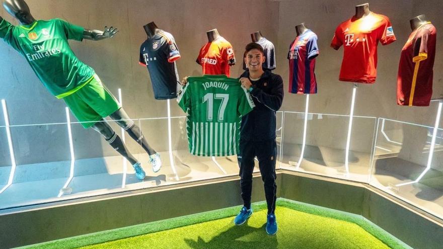 El Betis regala una camiseta de Joaquín a Rafa Nadal para su museo
