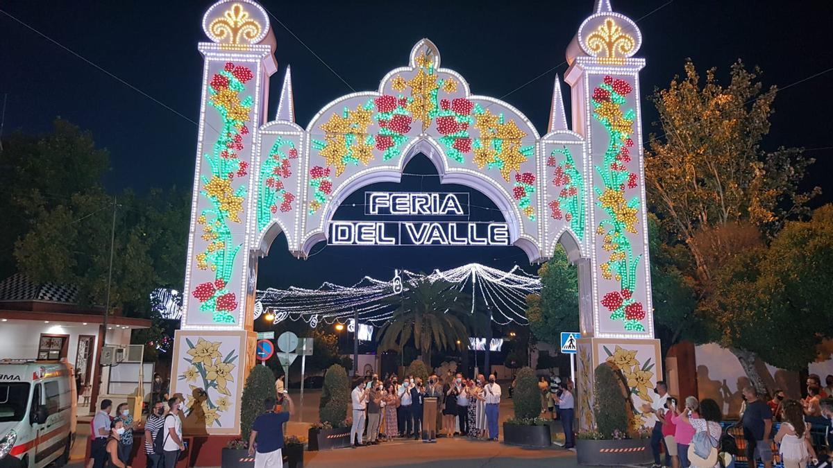 El encendido del alumbrado ha abierto este miércoles la Feria Real del Valle de Lucena.