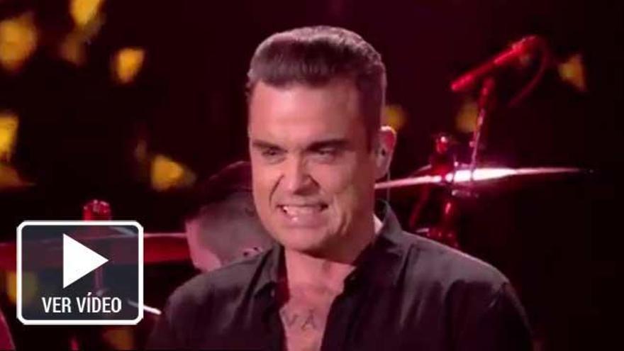 Robbie Williams se limpia las manos tras saludar a sus fans