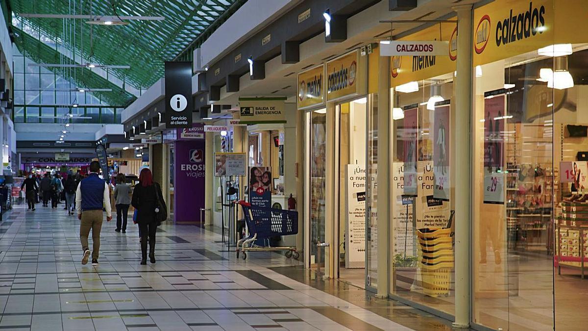 Galería central del Centro Comercial Valderaduey. | José Luis Fernández