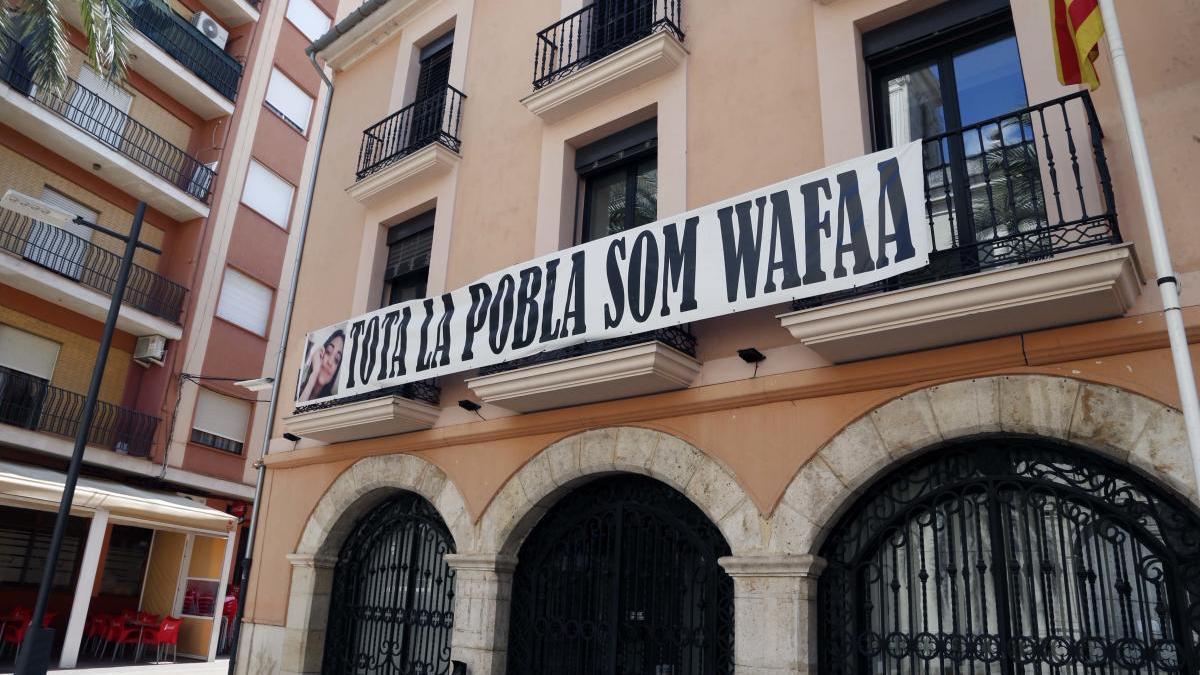El Ayuntamiento de la Pobla Llarga mantiene el cartel de apoyo a Wafaa en su fachada.