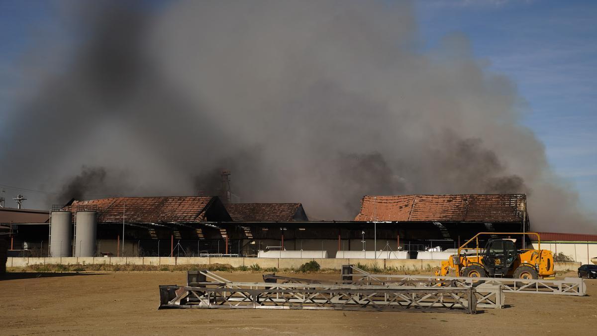 Naves de Cobadu afectadas por el incendio.