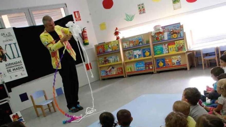 El mago Luigi Ludus con los niños de la escuela infantil La Aldehuela.